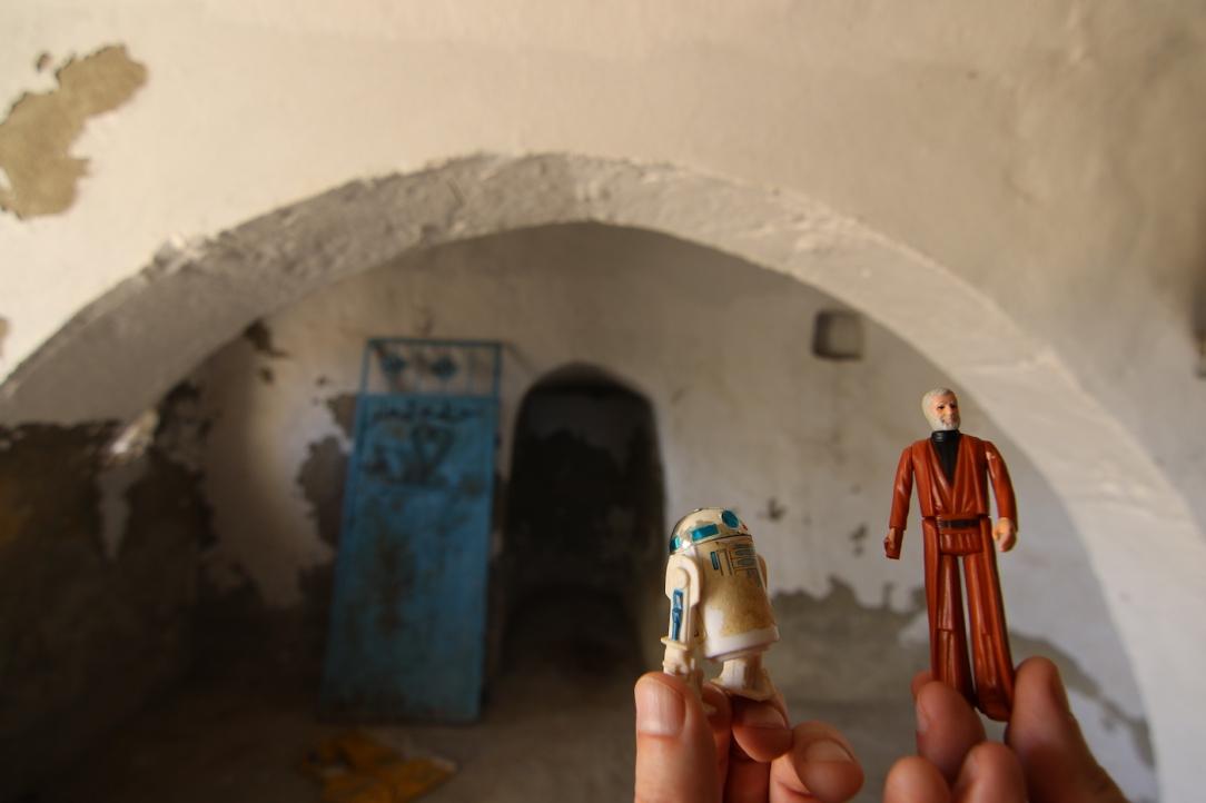 Star Wars Location: Obi-Wan Kenobi's House in Djerba, Tunisia (with Obi-Wan and R2-D2 action figures)